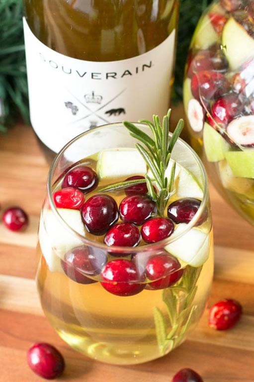 Los mejores cocteles para servir durante tus fiestas navideñas - sangria-navideña