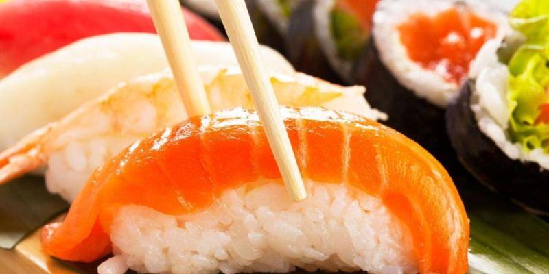 La manera correcta de comer sushi - 1-sushi-palillos
