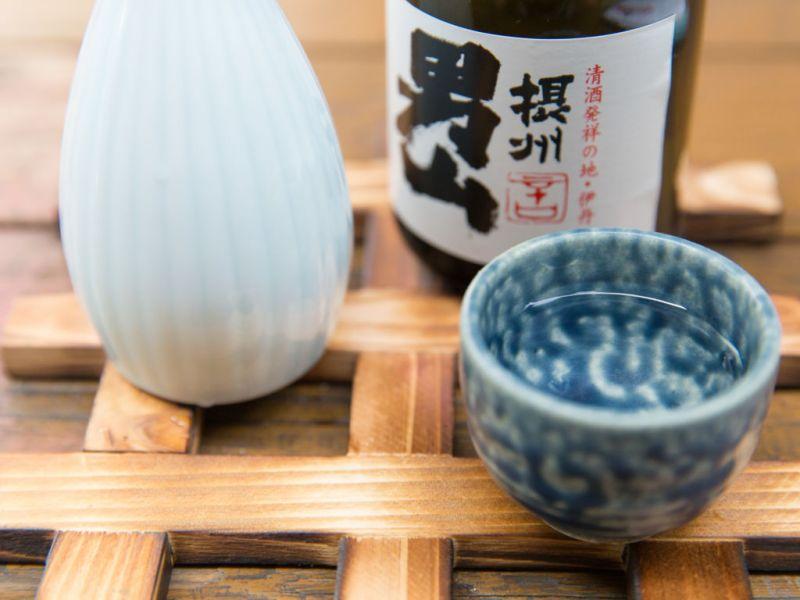 La manera correcta de comer sushi - 7-sushi-y-sake
