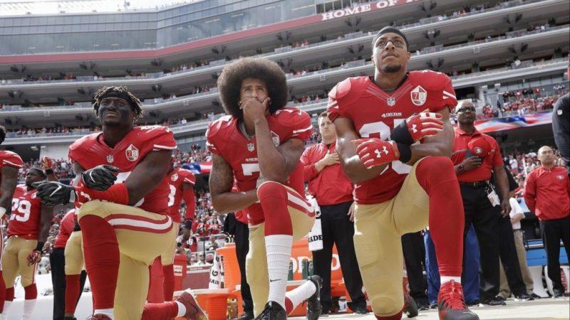 """Nike elige a Kaepernick como imagen de la campaña """"Just Do It"""" en su 30 aniversario - nike-elige-a-colin-karpernick-como-cara-de-su-nueva-campancc83a-just-do-it-kaepernick-se-arodilla-durante-el-himno-nacional"""