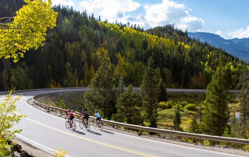 Breckenridge, una aventura más allá del esquí - carretera-bosque-ciclistas