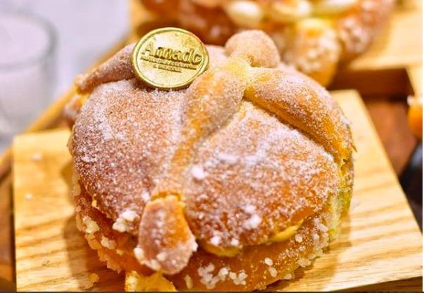 Nuevas versiones de pan de muerto para probar esta temporada - pan-de-muerto-relleno-de-matcha-pasteleria-amado