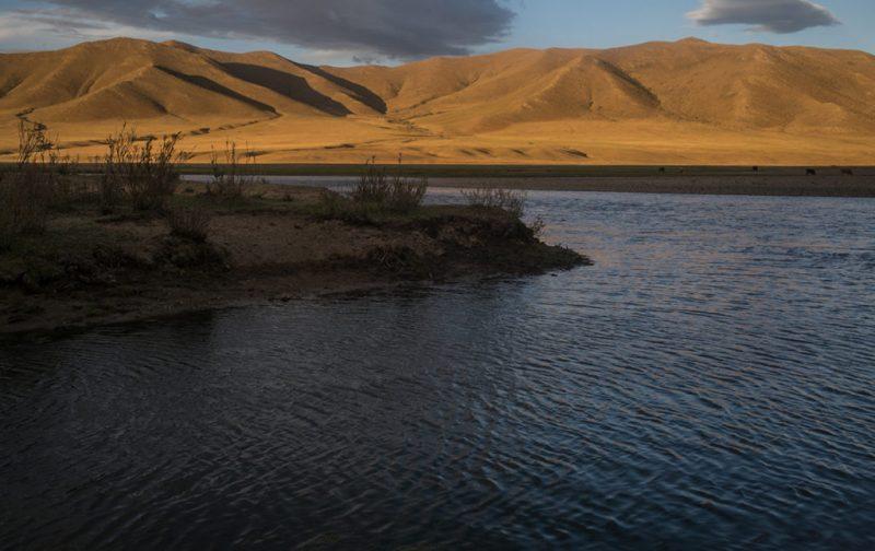 Mongolia, el lugar con un cielo eternamente azul - mongolia-paisaje-agua-montancc83a