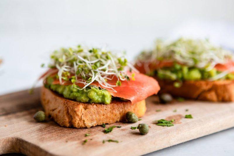 Recetas para hacer un brunch en tu casa - 2-salmon-toast-hotbook