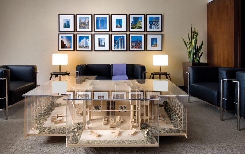 Hotel Shangri-La Toronto, un lujo asiático en Canadá - sala-mesa-maqueta-edificios-cuadros