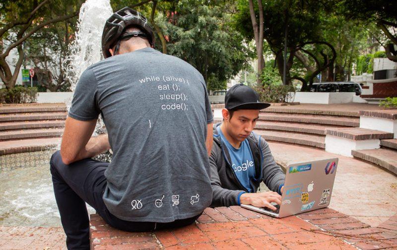 Dev.F, la escuela de hackers más grande de América Latina - hottech-hackers-laptop-escuela-dev-f