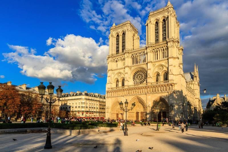 Datos históricos de la Catedral de Notre Dame - imagen-que-contiene-cielo-exterior-edificio-car
