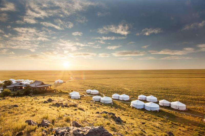 Hoteles ecológicos en el mundo que debes conocer - three-camel-lodge-en-el-desierto-de-gobi-mongolia