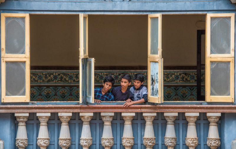 Karnataka: santuarios naturales, delirios de grandeza y contrastes urbanos - ventana-nincc83os-pared-azu-karnataka