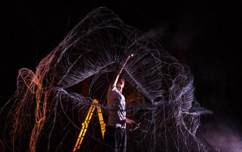 Máscaras de Alambre, un accidente creativo - alambres-expo-foto-nocturna