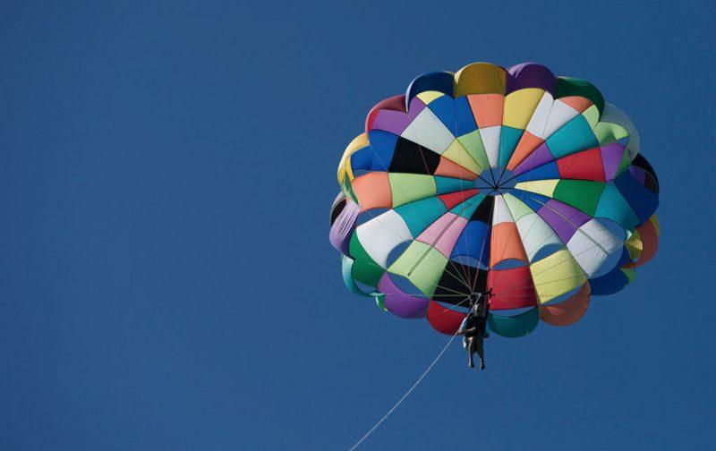 Esplendor caribeño: postales inmaculadas de Turcas y Caicos - gracebay-parasail-paracaidas-vacaciones