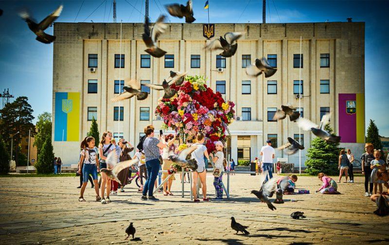 La elegancia exótica de Azuma Makoto - hotbook_azumamakoto_arte_instalacion_escultura_plaza_palomas_gente_ucrania