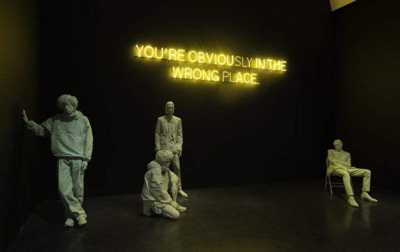 Virgil Abloh & Kaws: streetwear y arte - hotbook_hotart_virgil_esculturas_escrituraneon