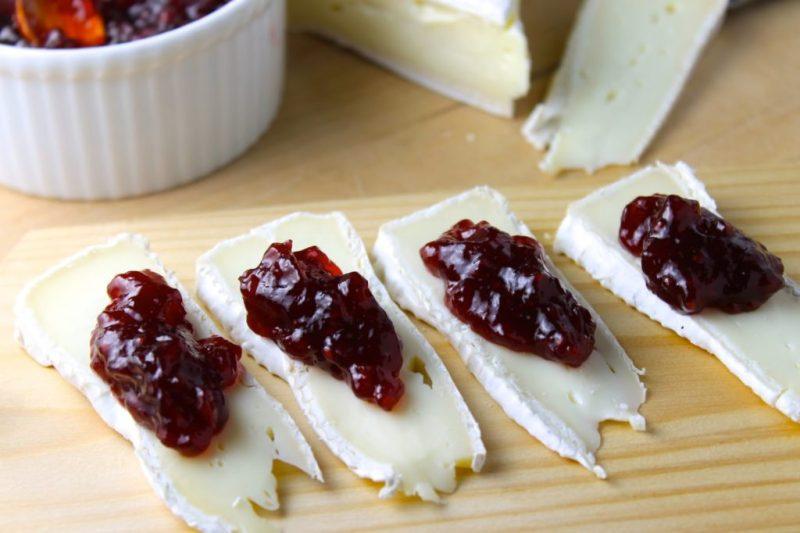 5 recetas para hacer toasts imperdibles - brie-mermelada-spread