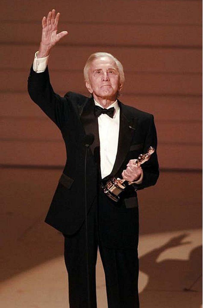 En memoria de Kirk Douglas: 10 cosas que no sabías sobre la estrella de Hollywood - kirk-douglas-9