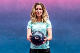 Paola Kuri: singular utopía - PORTADA_hotbook_sports_werakuri_retrato_balon
