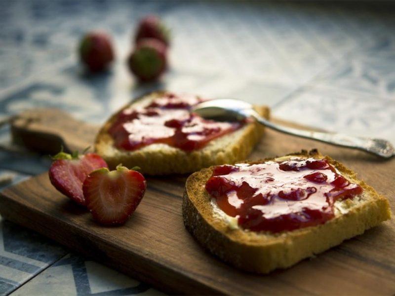 5 recetas para hacer toasts imperdibles - toast-zarzamora-mermelada-spread