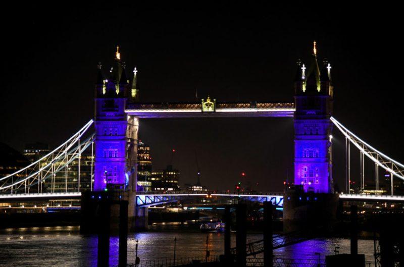 Actos de solidaridad en el mundo: iluminan de azul y rojo los corazones de estas ciudades - actos-de-solidaridad-alrededor-del-mundo_7