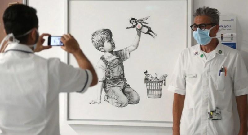 Banksy rinde homenaje a todos los médicos con una obra de arte - image1