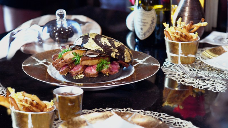 Black Gold Burger, la hamburguesa más extravagante de Texas - black-gold-burger-real-madrid-coronavirus-tom-holland-online-3