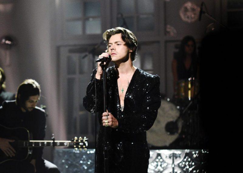 Los mejores looks de Harry Styles - foto-3-los-mejores-looks-de-harry-styles-saturday-night-live-jumpsuit-negro-lentejuela