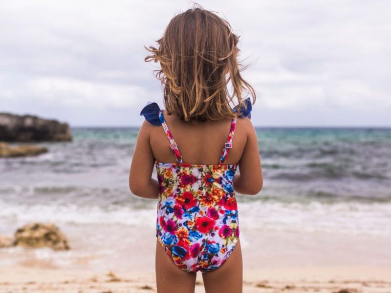 Let's go to the beach! Protege tu piel del sol con Aramare Swimwear, un producto con causa - traje-de-bancc83o-completo-patra-nincc83a-y-bebe-flores-lets-go-to-the-beach-aramare-swimwear-un-producto-con-causa