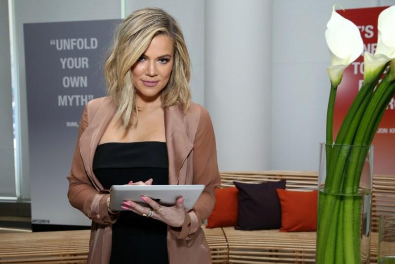 5 veces que la familia Kardashian nos ha dado lecciones inolvidables sobre negocios - cinco-veces-que-la-familia-kardashian-nos-ha-dado-lecciones-inolvidables-sobre-negocios-kylie-jenner-kourtney-kardashian-travis-baker-4