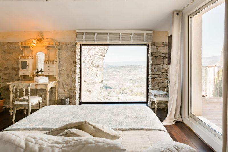5 lugares en Airbnb con vista espectacular - foto-1-casa-en-el-pueblo-medieval-de-luberon-provenza-alpes-costa-azul-francia-5-airbnbs-si-estasa-buscando-una-vista-espectacular