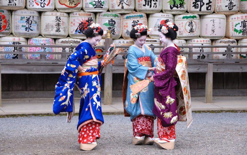 Viajes Planeta Azul, experiencias que marcan tu vida - geisha-kimono-mujeres