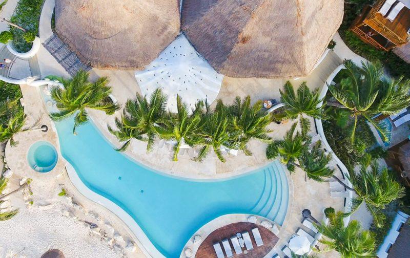 Mahekal Beach Resort, un paraíso en el Caribe mexicano - alberca-mahekal-palmeras-vacacion-playa-sol