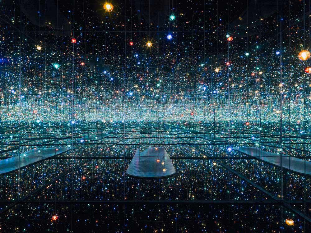 Sumérgete en uno de los Infinity Rooms de Yayoi Kusama desde casa