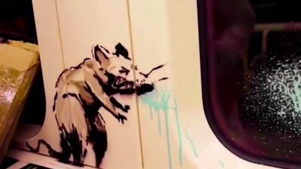 #Video Banksy interviene Metro de Londres para fomentar el uso del cubrebocas