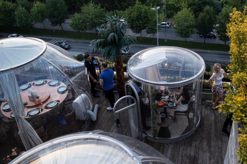 Creativas maneras en las que los restaurantes mantienen el distanciamiento social - social-distancing-en-restaurantes-alrededor-del-mundo-7