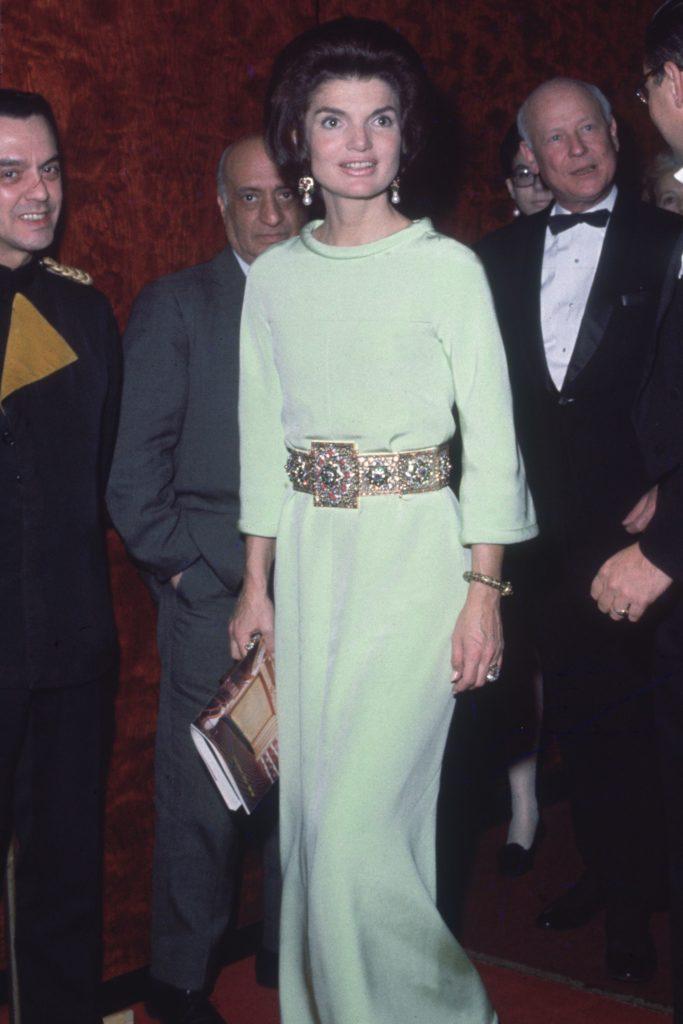 Los outfits más emblemáticos de Jackie Kennedy, ícono de moda - los-outfits-mas-emblematicos-de-jackie-kennedy-un-icono-de-moda-google-instagram-tiktok-google-online-coronavirus-vacuna-google-verano-covid-foto-moda-fashion-icon-12