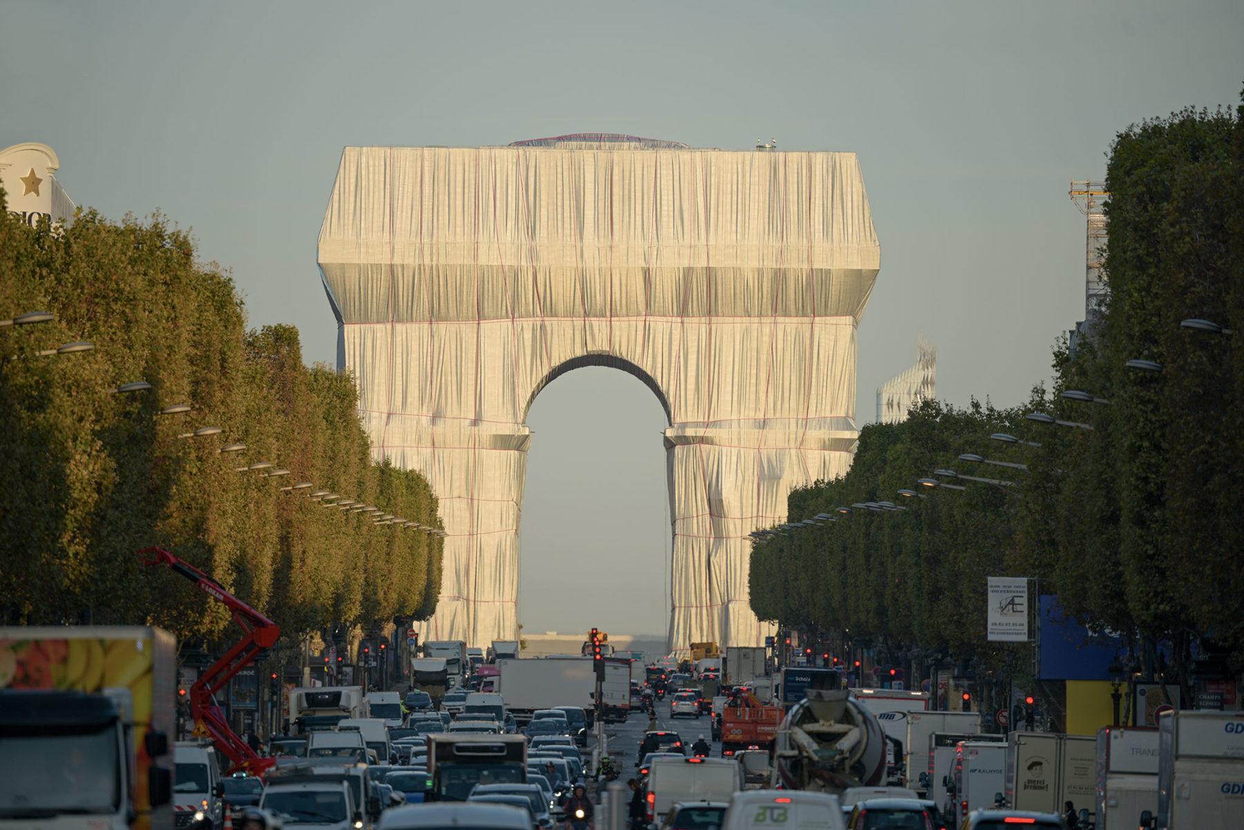 El sueño de Christo: envuelven por completo el Arco del Triunfo en París