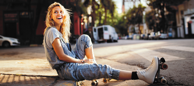 photography-woman-roller-skates-blonde-hot-dog-marketing