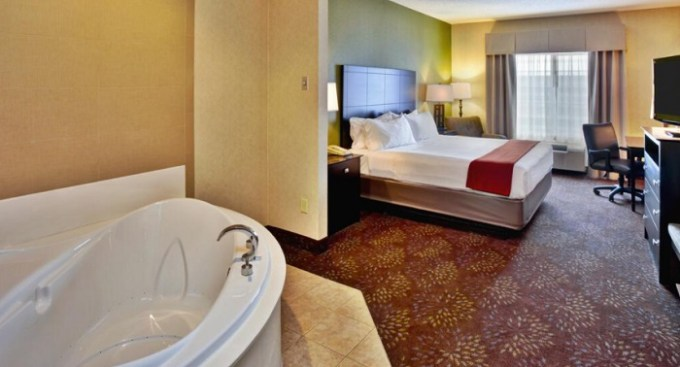 A spacious king room with a big hot tub in Holiday Inn Express Hotel & Suites Woodhaven hotel