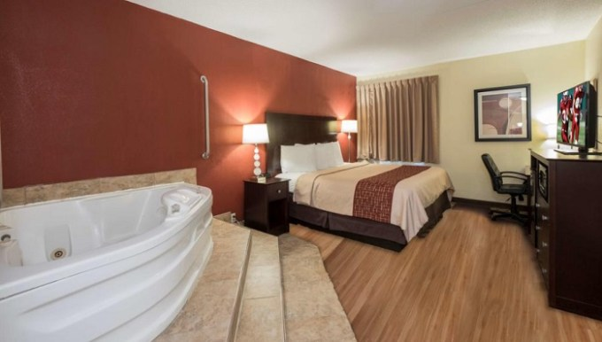 Room with a hot tub in Red Roof Inn & Suites Cincinnati North-Mason hotel
