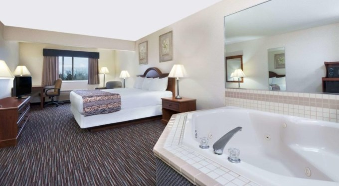 Room with private hot tub in Baymont by Wyndham Columbus hotel