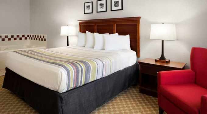 Room with private hot tub in Country Inn & Suites by Radisson, Columbus West, OH