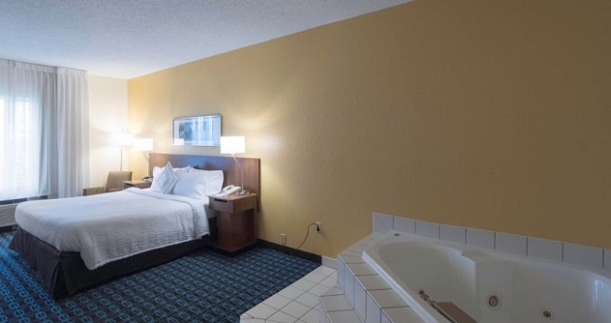 Suite with hot tub in the room in Fairfield Inn & Suites by Marriott Cleveland Streetsboro hotel
