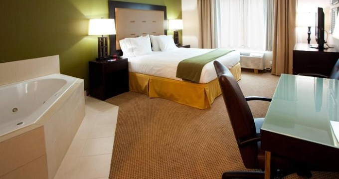 King room with a hot tub in Holiday Inn Express Hotel & Suites Jacksonville - Mayport - Beach