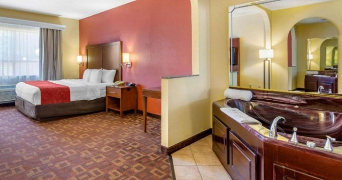 King suite with a Whirlpool in the room in Comfort Suites Houston Galleria Hotel