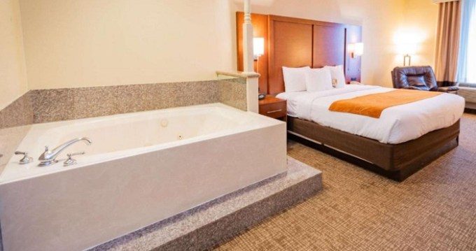 King suite with a hot tub in Comfort Suites near Texas Medical Center - NRG Stadium, Houston Hotel