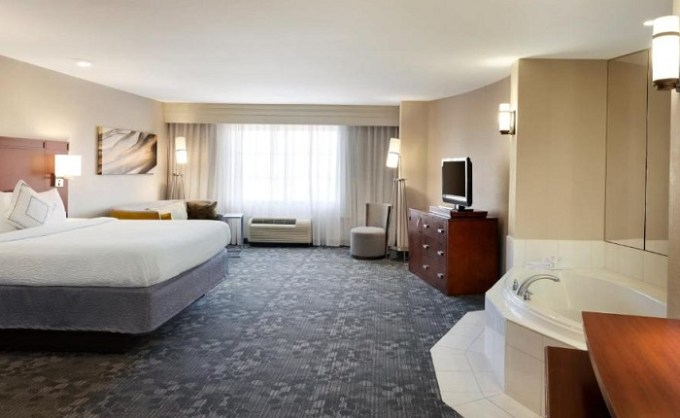 Room with a whirlpool tub in Courtyard by Marriott Oklahoma City North-Quail Springs, OKC