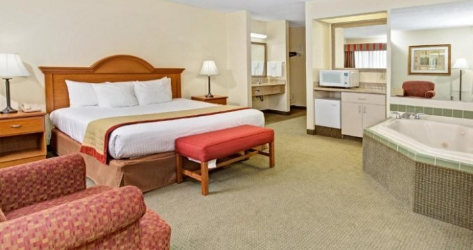 Hot tub suite in Baymont by Wyndham Indianapolis Hotel, Indiana