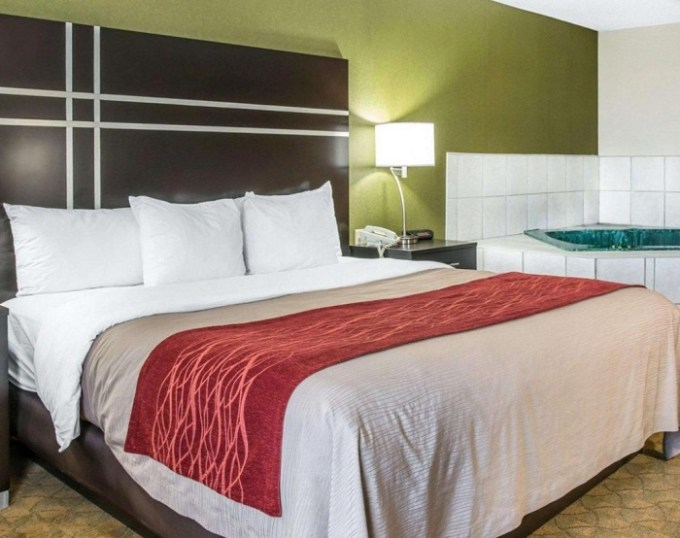 Suite with a hot tub in the room in Comfort Inn & Suites Maumee - Toledo - I80-90