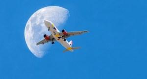 Imagem de avião com alua ao fundo.