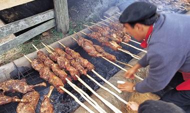 Imagem de gaúcho fazendo churrasco