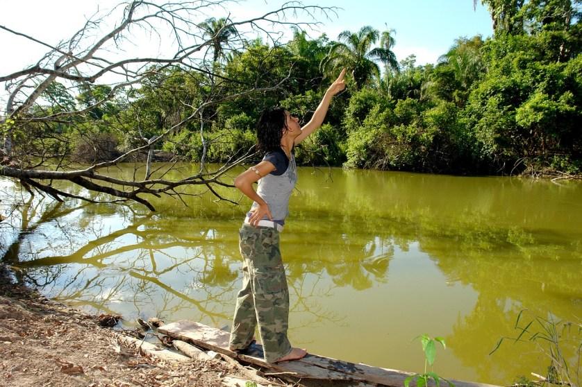imagem-de-turista-na-beira-do-rio